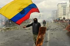 Uno de los manifestantes con una bandera de Ecuador en las protestas contra el presidente Lenín Moreno.