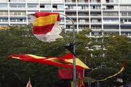 El paracaidista se enganchó en una farola del Paseo de la Castellana, durante el desfile de la Fiesta Nacional.