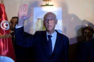 Kais Saied celebra su victoria en las presidenciales de Túnez.