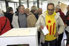 Votación en la consulta ilegal del 9 de noviembre de 2014 en el instituto Itaca de Sant Boi.
