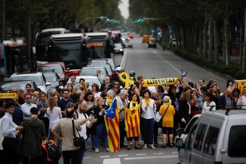 Un grupo de ciudadanos corta la avenida Diagonal, en Barcelona, en...