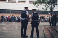 Mossos custodian un colegio electoral en Gracia (Barcelona) durante el 1-O.