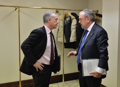 El consejero Azpiazu junto al lehendakari Iñigo Urkullu en el Parlamento Vasco.