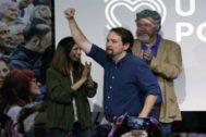 Pablo Iglesias saluda al público durante la presentación del programa de Podemos para las elecciones del 10-N.
