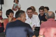 Arnaldo Otegi junto a Maddalen Iriarte y Arkaitz Rodríguez durante un acto preelectoral de EH Bildu.