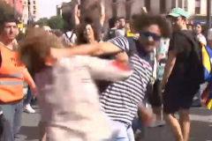 Brutal agresión a una mujer por llevar una bandera española
