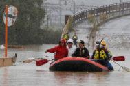 Equipos de rescate en el río Chikuma (Nagano).