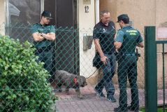 Un agente de la Guardia Civil se lleva a Marley tras el registro de la vivienda de Castro Urdiales donde residía la detenida.
