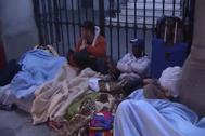 Refugiados a las puertas del Samur Social en La Latina