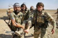 Combatientes sirios aliados de Turquía trasladan a un compañero herido cerca de Tel Abyad.