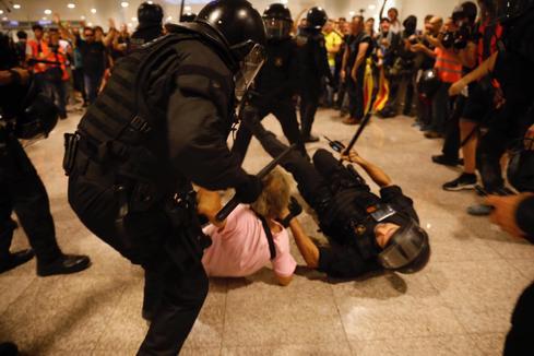 Tensión en el aeropuerto de El Prat: cargas, un detenido y vuelos cancelados; cortan el AVE en Girona