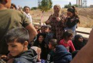 Ciudadanos sirios vuelven a sus hogares en la fronteriza de Ayn al Arus.