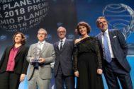 El ganador y la finalista del Premio Planeta 2018, Santiago Posteguillo y Ayanta Sánchez, con la alcaldesa Ada Colau, el ministro de Cultura José Guirao y José Creuheras de Planeta.