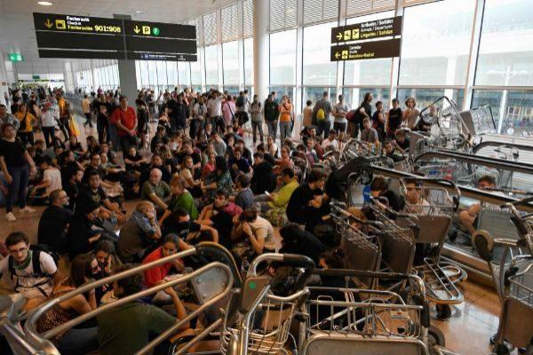 Disturbios en el aeropuerto de El Prat (Barcelona) por las protestas...