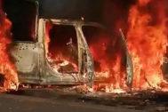"""MEX5637. AGUILILLA (<HIT>MÉXICO</HIT>).- Vista general este lunes de una patrulla de la policía estatal incinerada tras ser emboscada por un grupo armado en Aguililla, estado Michoacán (<HIT>México</HIT>). Un total de 14 agentes de la Policía estatal murieron en un ataque perpetrado por un grupo armado en el municipio de Aguililla, en el occidental estado mexicano de Michoacán, informaron este lunes las autoridades. La Secretaría de Seguridad y Protección Ciudadana (SSPC) condena """"el ataque en el que murieron 14 agentes policíacos en Aguililla, Michoacán"""", informó en un mensaje en Twitter. En este mismo mensaje, el ministerio aseguró que están """"en comunicación"""" con las autoridades estatales.  / SOLO USO EDITORIAL /NO VENTAS /MÁXIMA CALIDAD DISPONIBLE"""