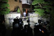 Medios cercan la casa de Sulli en Seognam (Corea) la noche del deceso.