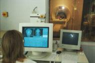 Una médico analiza las imágenes de una resonancia magnética.