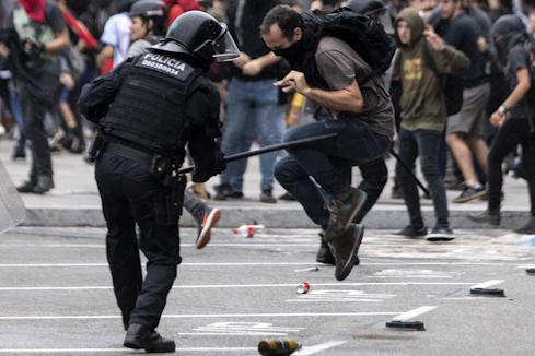 Tensión en el aeropuerto de El Prat: cargas, un detenido y más de un centenar de vuelos cancelados