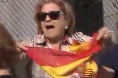 """La mujer agredida por llevar una bandera de España es una militante de Vox de 61 años: """"Está muy asustada"""""""