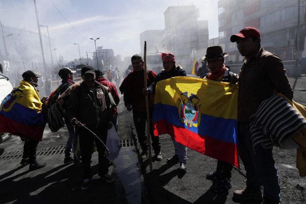 AME9658. QUITO (ECUADOR).- Manifestantes indígenas limpian las calles...