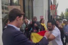 Valtonyc y un miembro de Vox se enfrentan en Bruselas por una bandera española