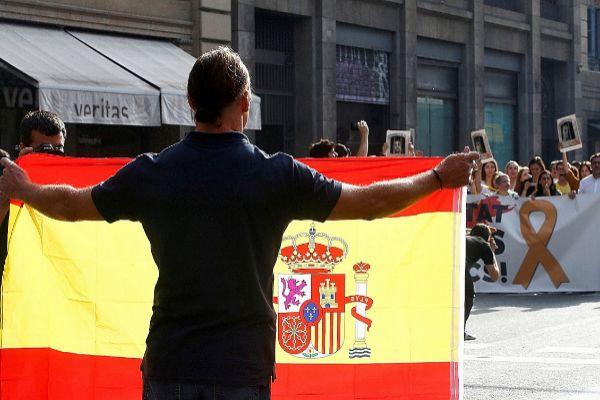 Un ciudadano muestra una bandera de España en la Via Laietana de...