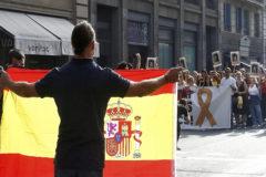 Un ciudadano muestra una bandera de España en la Via Laietana de Barcelona, a un grupo de manifestantes independentistas que protestan contra la sentencia del Tribunal Supremo.