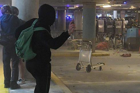 La jornada de protestas en el aeropuerto acaba con una batalla campal