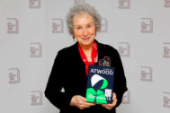 Margaret Atwood con su obra galardonada, 'Los Testamentos'.