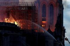 Labores de extinción en la Catedral de París, el pasado 15 de abril.