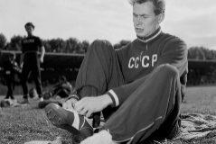 Stepanov se coloca la zapatilla en un concurso, en agosto de 1957.