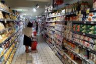 GRAF9630. ROMA.- El Gobierno italiano ha propuesto subir el impuesto a la bollería industrial, las bebidas azucaradas y a los billetes de avión, una iniciativa con la que prevé recaudar 1.500 millones de euros al año y que ha puesto en pie de guerra al sector alimentario y a las asociaciones de consumidores. La idea ha sido del ministro de Educación, Lorenzo Fioramonti, del Movimiento 5 Estrellas (M5S), bajo el argumento de que gravar la bollería y las bebidas azucaradas protegerá la salud de los <HIT>niños</HIT>, mientras que el impuesto a los vuelos responde a su factor contaminante. En la imagen, supermercado de bollería industrial y bebidas azucaradas en Roma. Laura Srrano-Conde