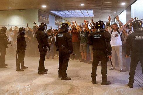 Un manifestante herido en El Prat pierde un ojo y otro, un testículo