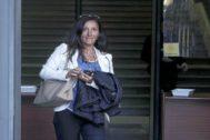 La juez María Núñez Bolaños, saliendo de los juzgados.