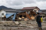 Un hombre mira varias casas destrozadas por el tifón en Nagano.