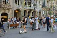 Turistas  por el Paseo de Gracia en Barcelona.
