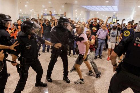 Uno de los independentistas heridos en El Prat pierde  un ojo y otro,  un testículo
