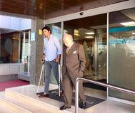 Perera y el doctor Val-Carreres abandonan el centro hospitalario