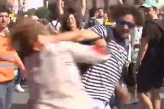 Detenido el hombre que golpeó   a una mujer con una bandera española