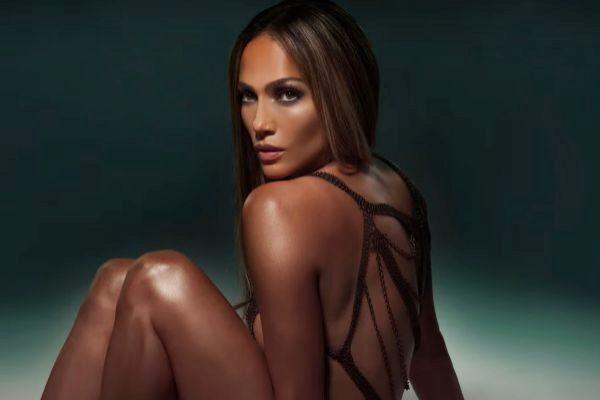 Jennifer Lopez en la portada de Baila Conmigo, su nuevo single