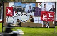 Varios carteles electorales de distintos partidos en la campaña electoral de 2015.