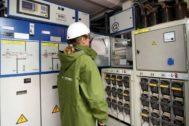 Una operaria en un cuarto contadores inteligentes de i-DE  Grupo Iberdrola.