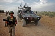 Soldados turcos patrullan el pueblo de Tukhar (norte de Siria) en plena incursión para establecer una zona tapón.