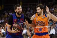 Mirotic (i) lucha con Guillem Vives por el balón el pasado domingo.