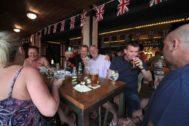 Turistas ingleses en un 'pub' de Benidorm, en imagen de archivo.