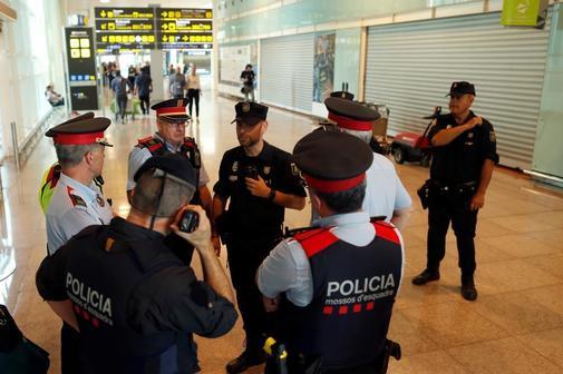 Agentes de los Mossos y la Policía Nacional, tras el anuncio de...
