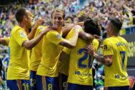 Los jugadores del Cádiz felicitan a Lozano tras un gol.