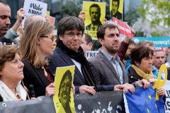 Carles Puigdemont, ayer en una concentración en Bruselas, junto a los también huidos Meritxell Serret y Toni Comín y simpatizantes independentistas.