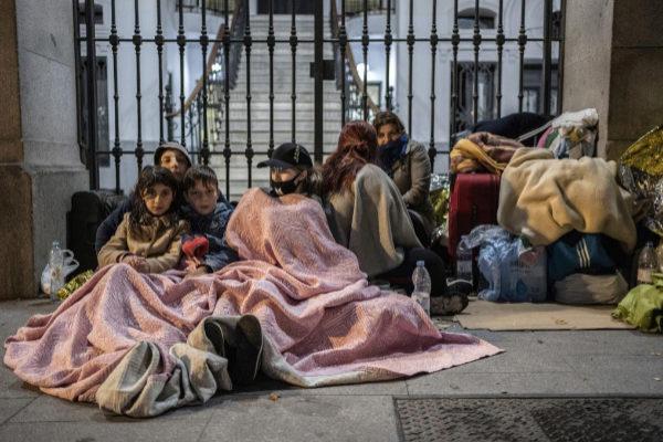 Familias de refugiados pasan la noche a las puertas del Samur Social