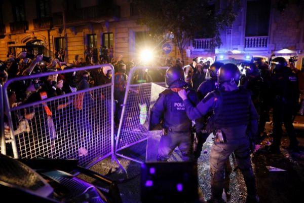 Cargas policiales en Barcelona, ayer, contra grupos independentistas...
